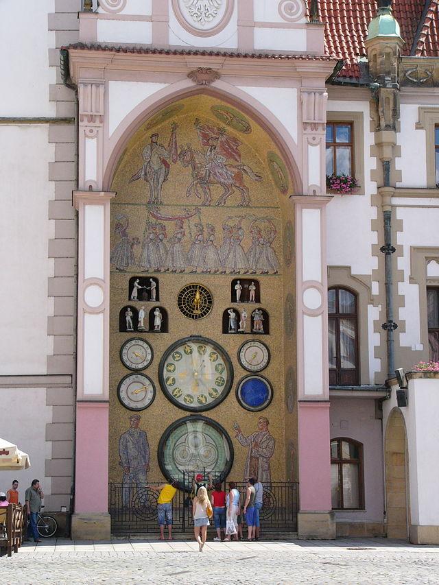Turistas observam o funcionamento do Relógio Astronômico Comunista em Olomuc, na República Tcheca