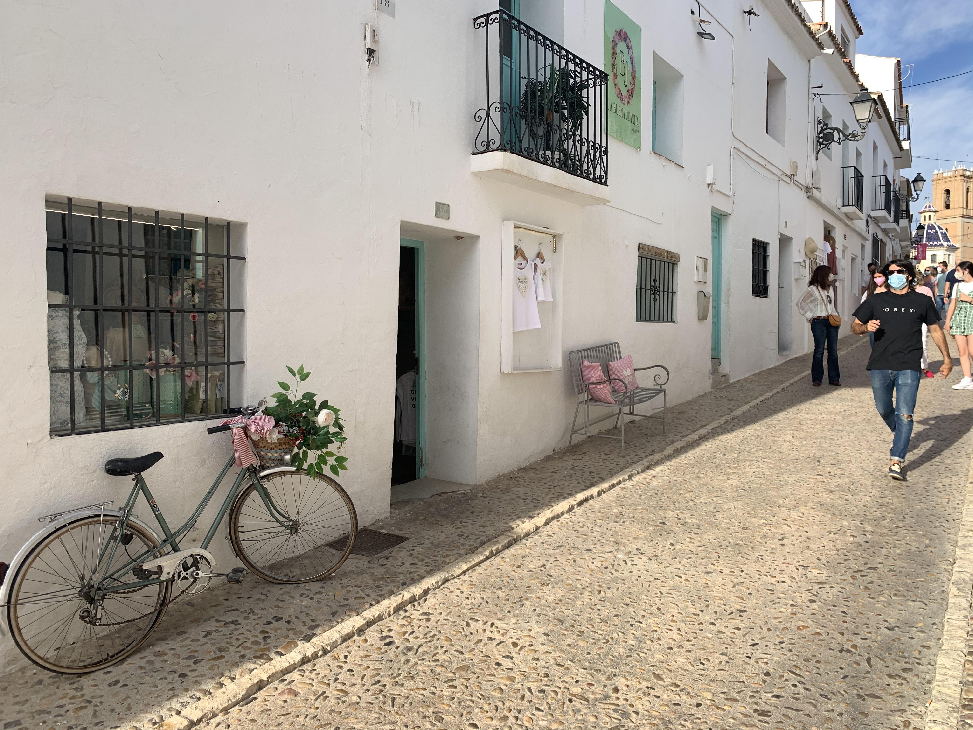 A rua principal é micra, mas dá pra passar horas passeando por ela