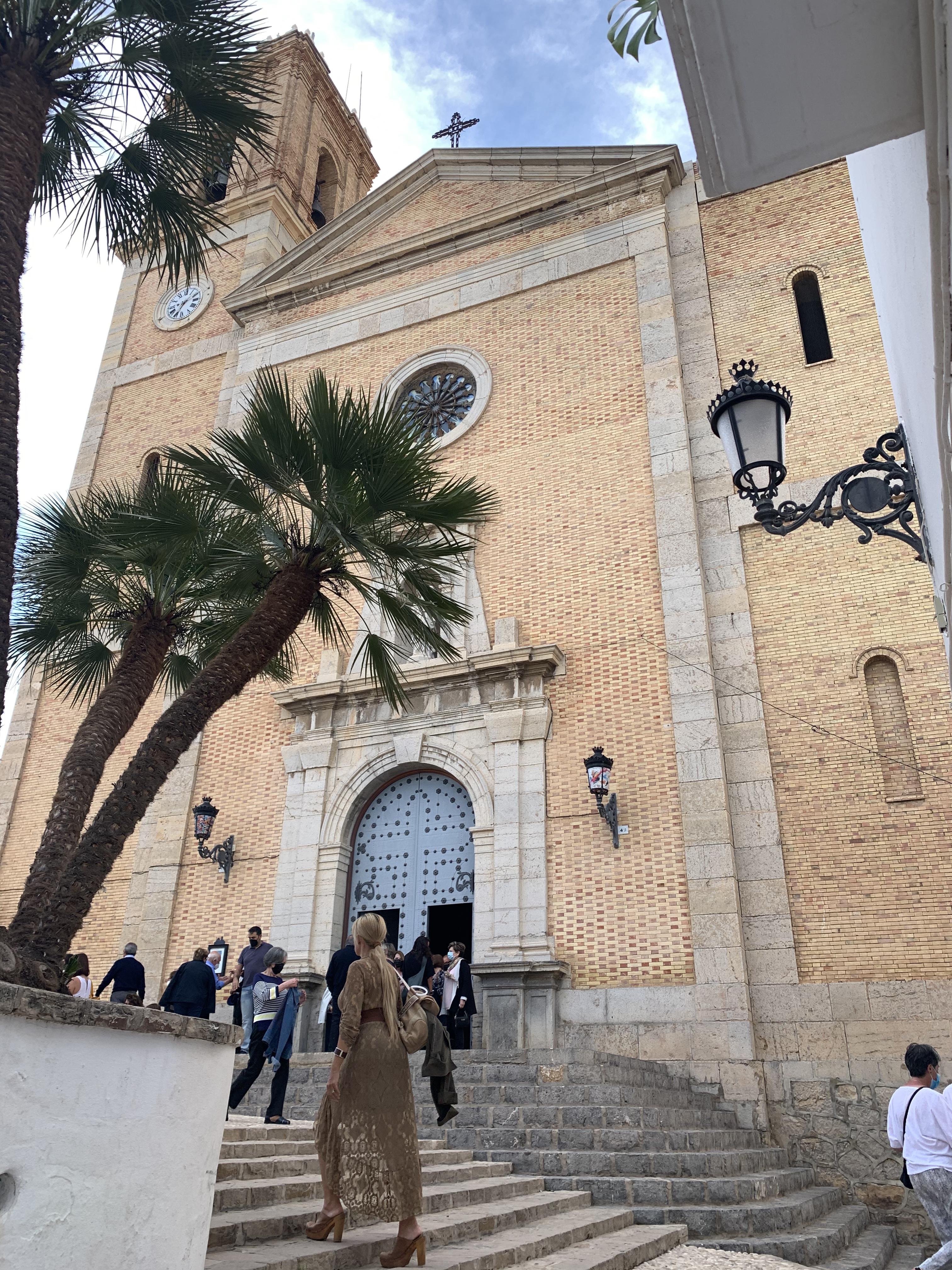A Parroquia De Nuestra Señora Del Consuelo, coroando a cidade