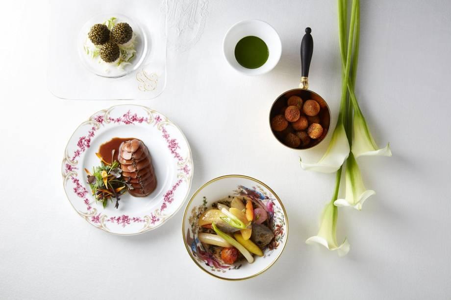 O restaurante do hotel é comandado pelo chef estrelado Alain Ducasse