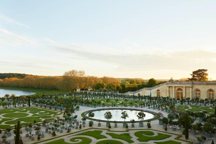 Um dos passeios exclusivos para hóspedes percorre os famosos jardins planejados de Versalhes
