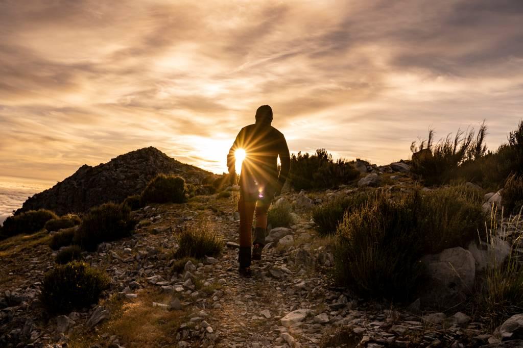 Homem caminha numa trilha nos arredores do Pico do Areeiro, na Ilha da Madeira
