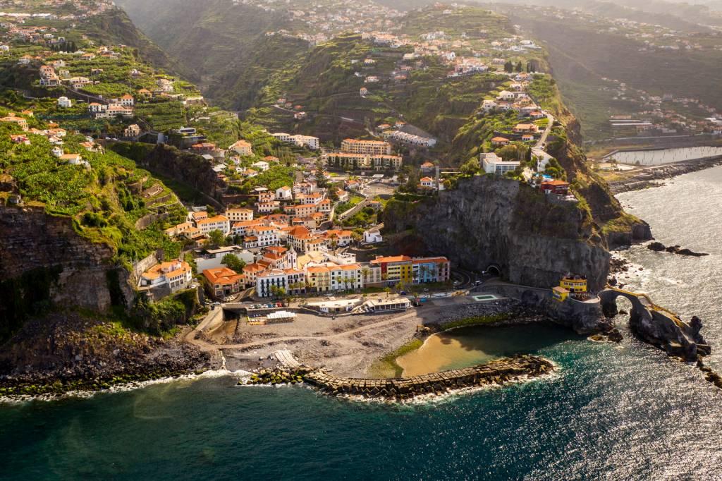 Vista aérea da vila de Ponta do Sol, na Ilha da Madeira, com suas casinhas coloridas à beira-mar