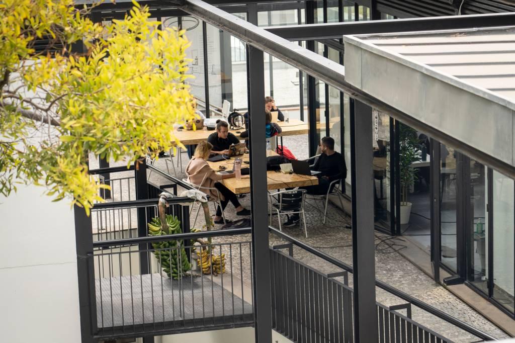 O espaço do co-working da Digital Nomads, na Ilha da Madeira, com pessoas trabalhando na varanda