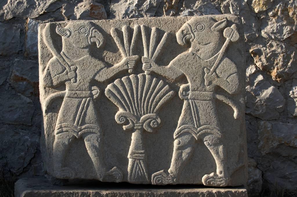 Desenhos esculpidos na rocha nas ruínas de Arslantepe