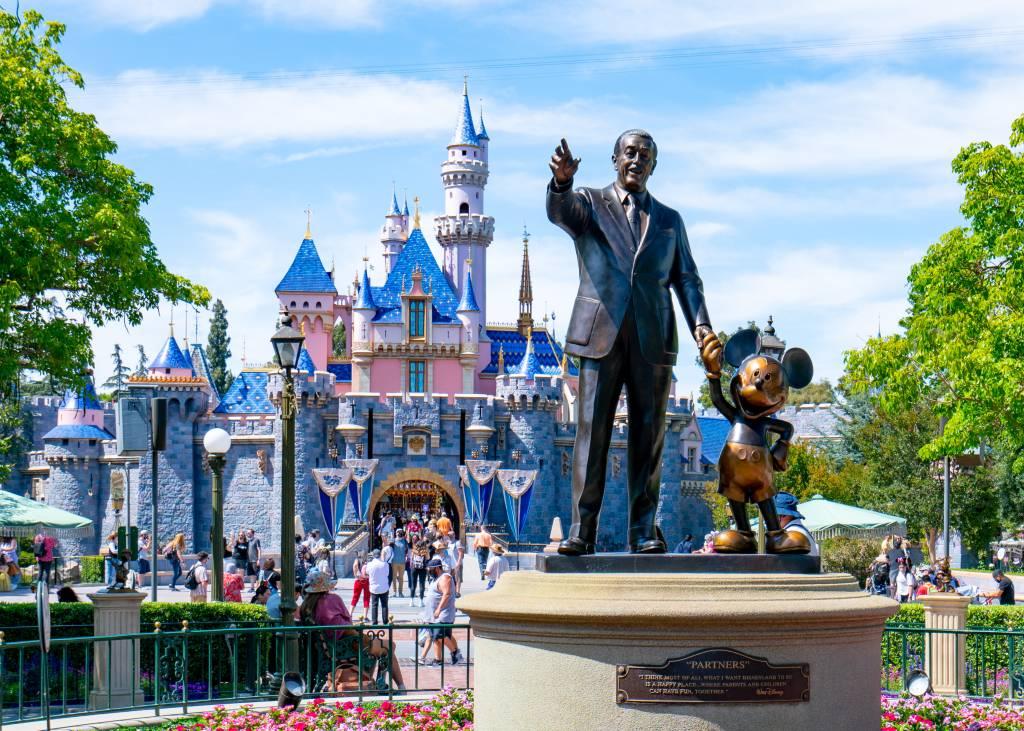 Estátua de Walt Disney junto com o Mickey, no Walt Disney Resort