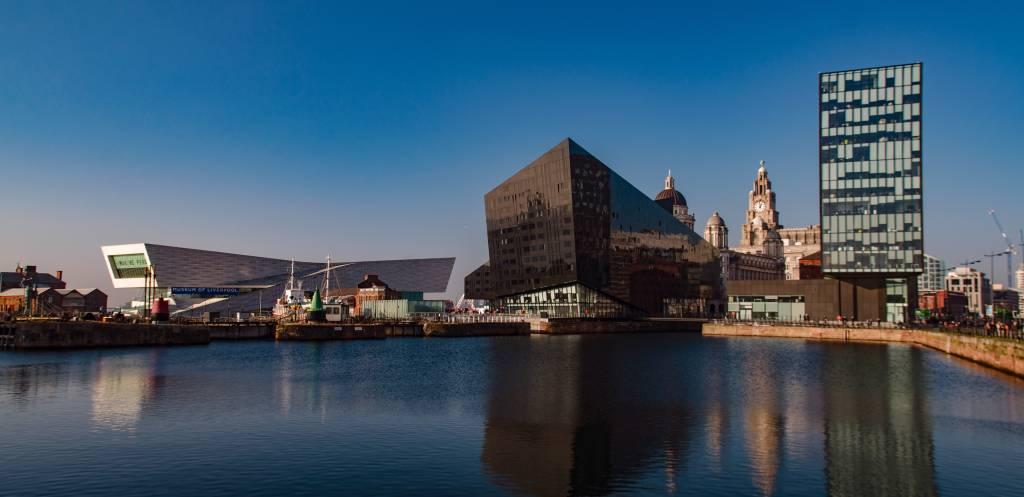Prédios ultramodernos em Liverpool, na Inglaterra
