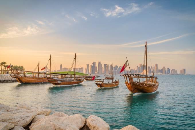 Barcos com o skyline de Doha, no Qatar, ao fundo