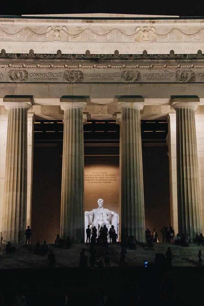 O Lincoln Memorial, Washington D.C., iluminado ao anoitecer