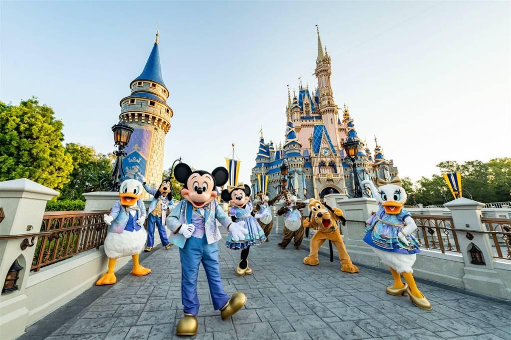 Personagens da Disney vestidos com roupas especiais para o aniversário de 50 anos do Walt Disney World