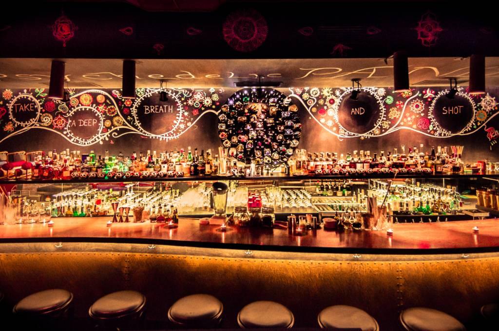 Pinturas e luzes neon decoram o bar do Super Panda Circus, em Brno, República Tcheca