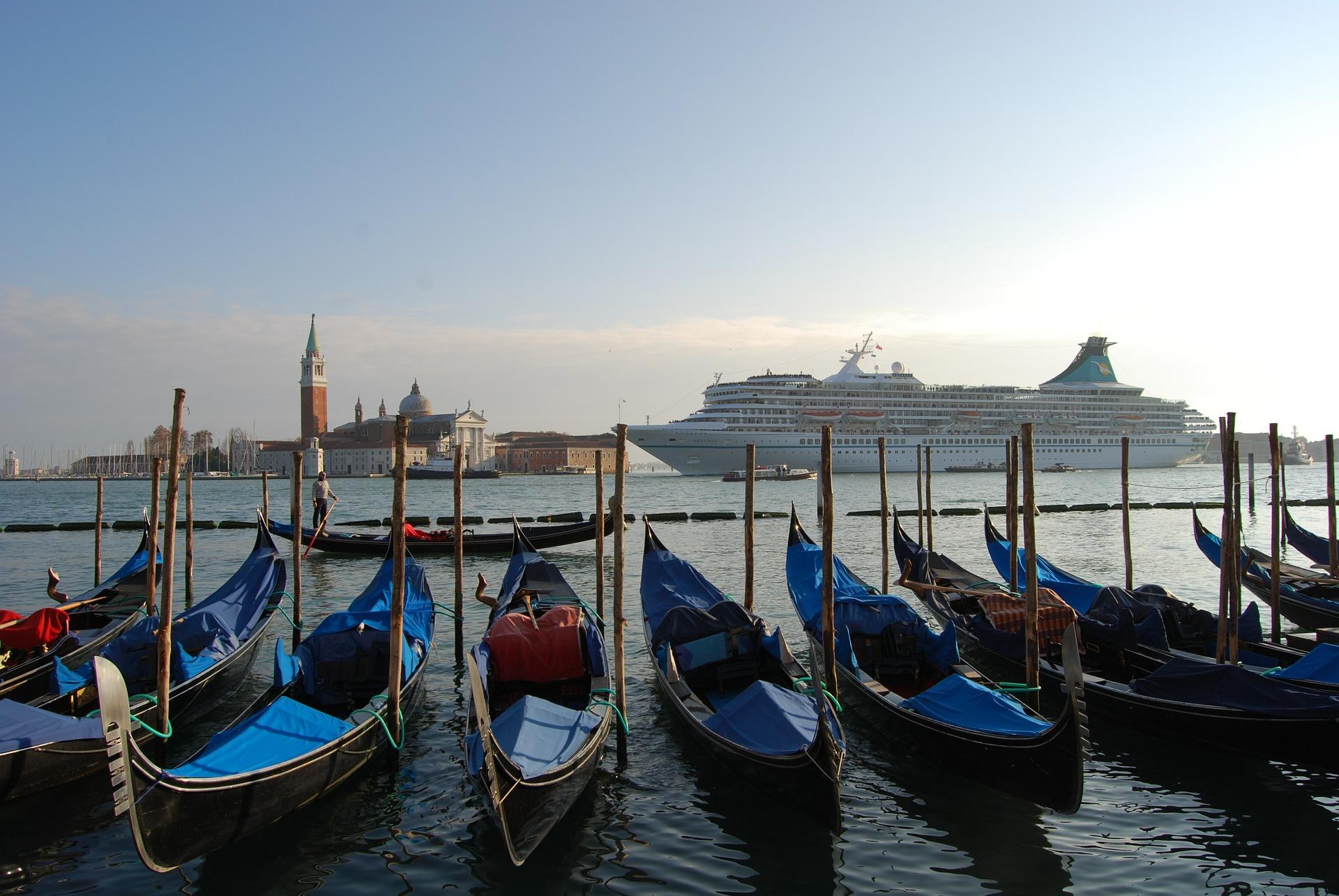 Gôndolas em Veneza com navio de cruzeiros ao fundo