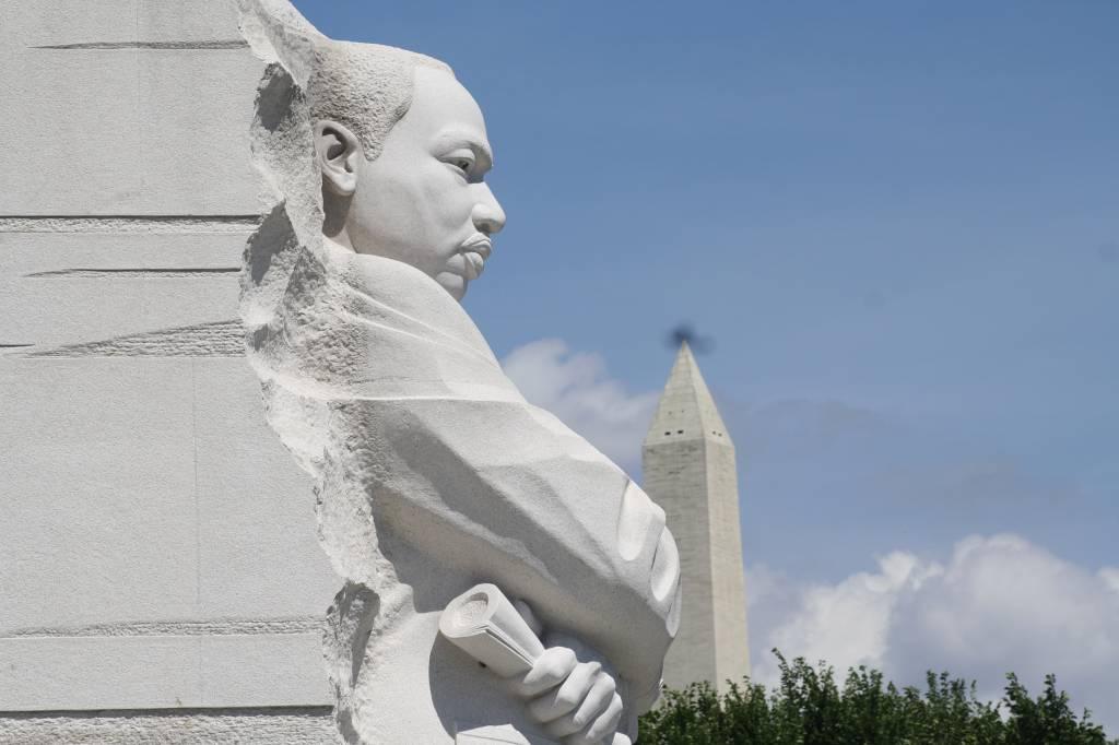 The Stone of Hope no Martin Luther King Jr. Memorial em Washington D.C. com o obelisco ao fundo