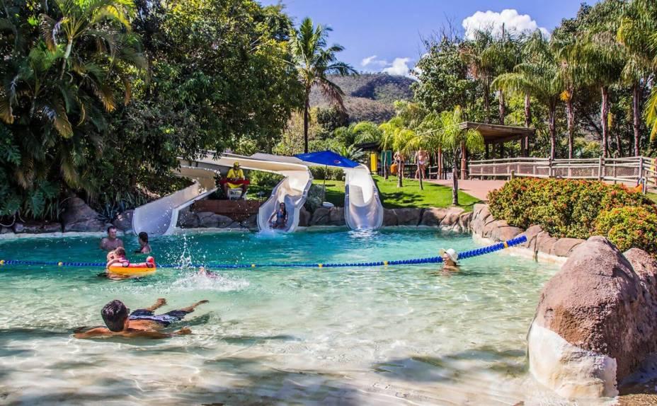 No Hot Park, os visitantes sentam em bóias ou deitam de bruços sobre um tapetinho para escorregar em alguns toboáguas.