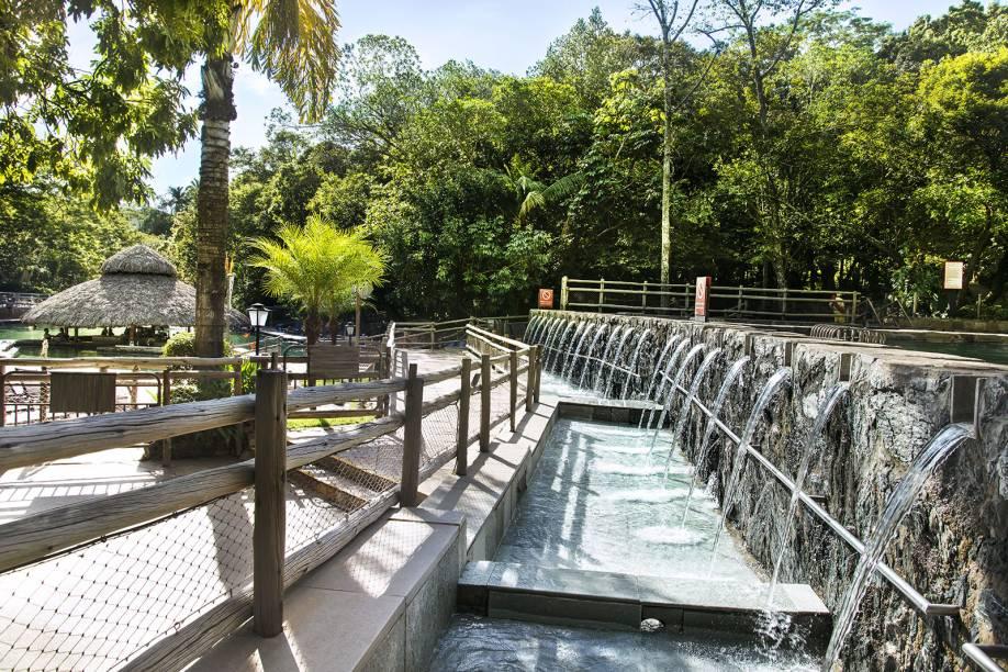 No Parque das Fontes, as duchas que se formam entre uma piscina e outra massageiam os ombros dos visitantes.