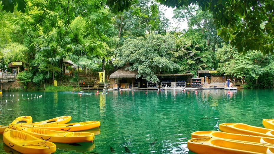 O Lago das Águas Quentes, dentro do Hot Park, é cenário para passeios de caiaque.