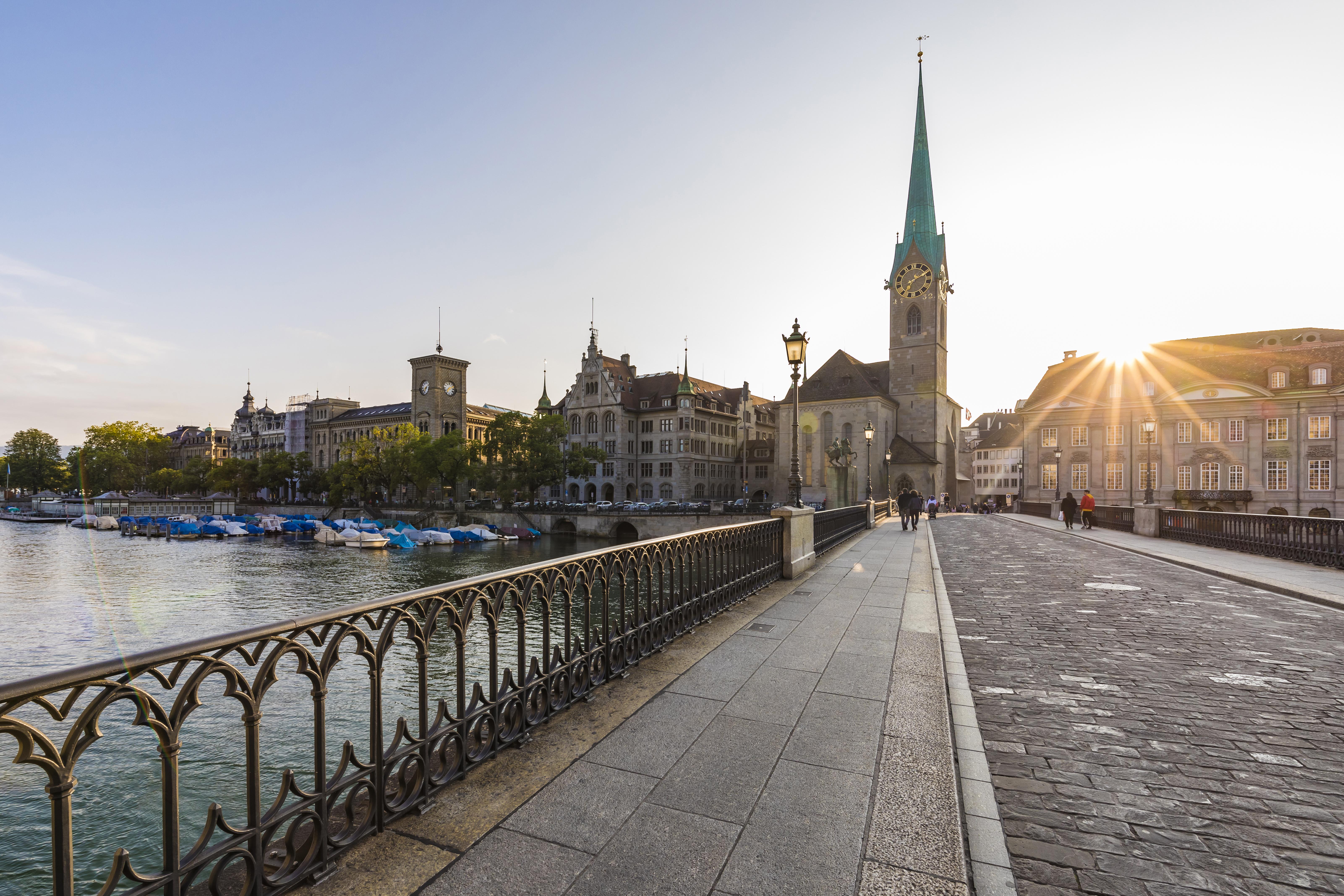 A espetacular Cidade Velha de Zurique: ao fundo a Fraumunster