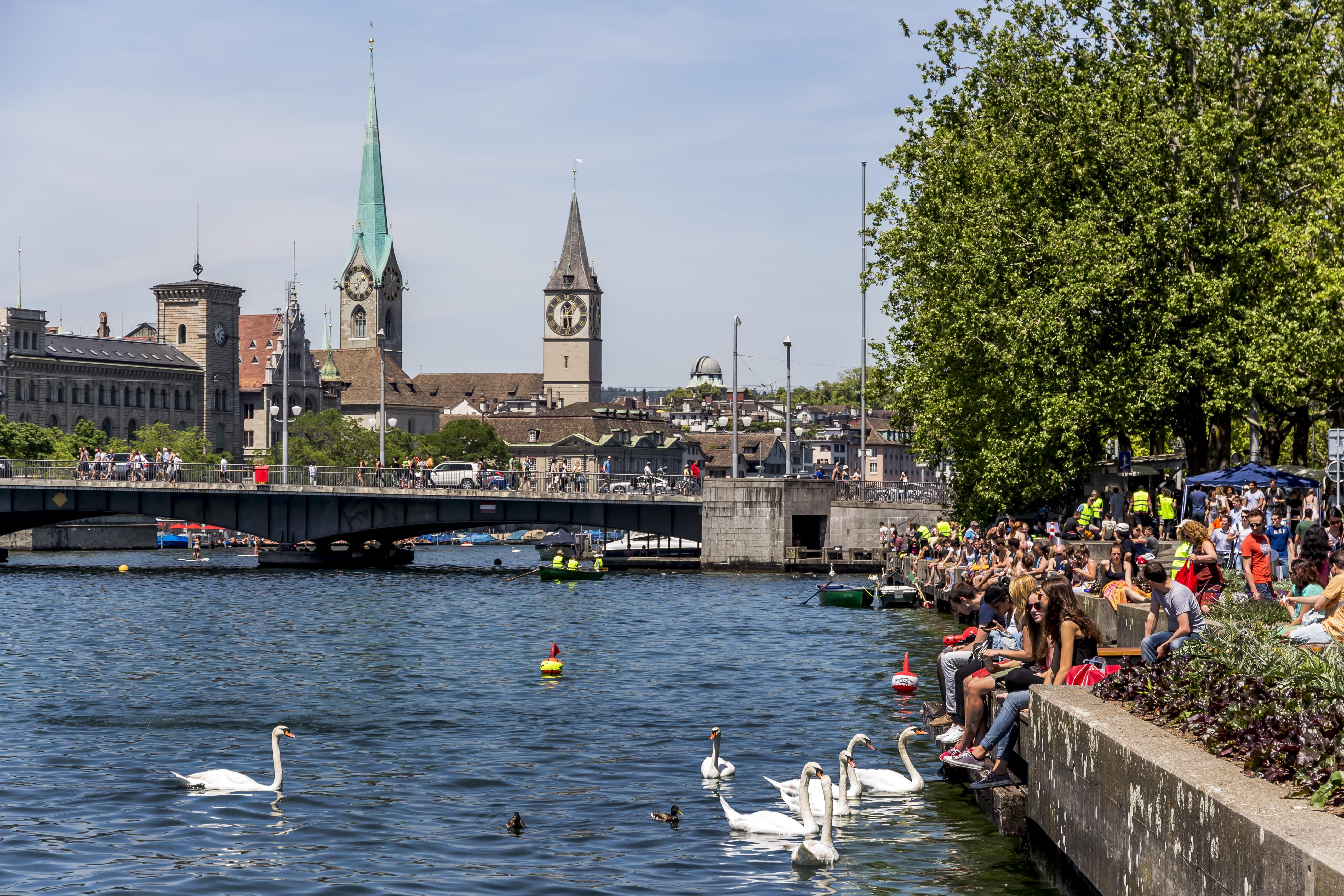 Quando os termômetros sobem, a cidade é tomada por uma energia especial e a vida gira em torno do rio e do lago