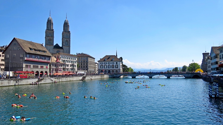 Nadando no rio em pleno centro da cidade: cena comum no verão de Zurique