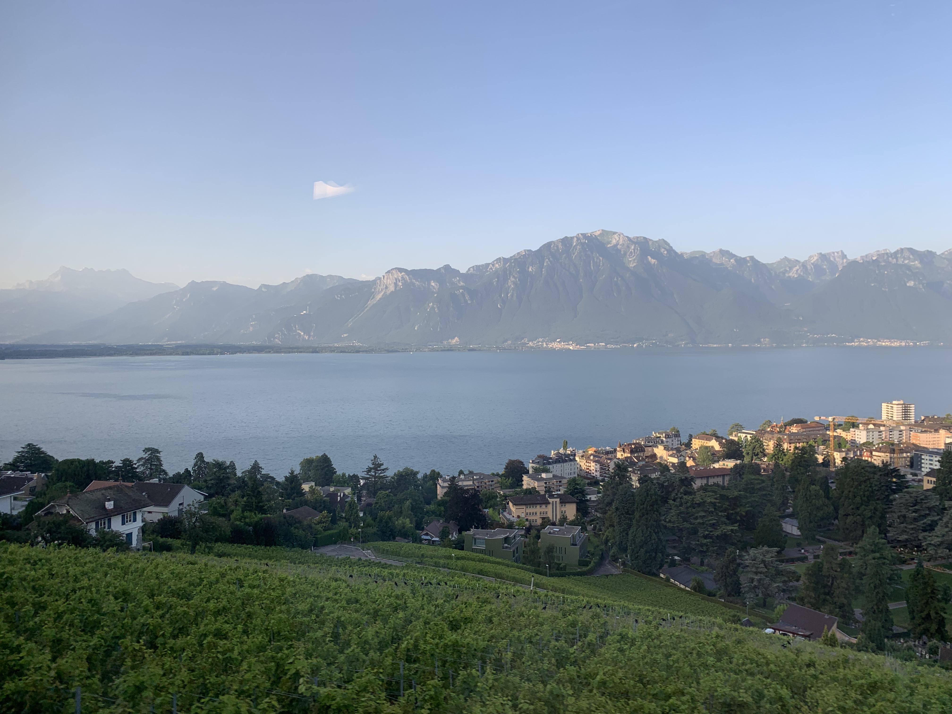 Vinhedos e o lago Genebra quando o GoldenPass vai deixando Montreux