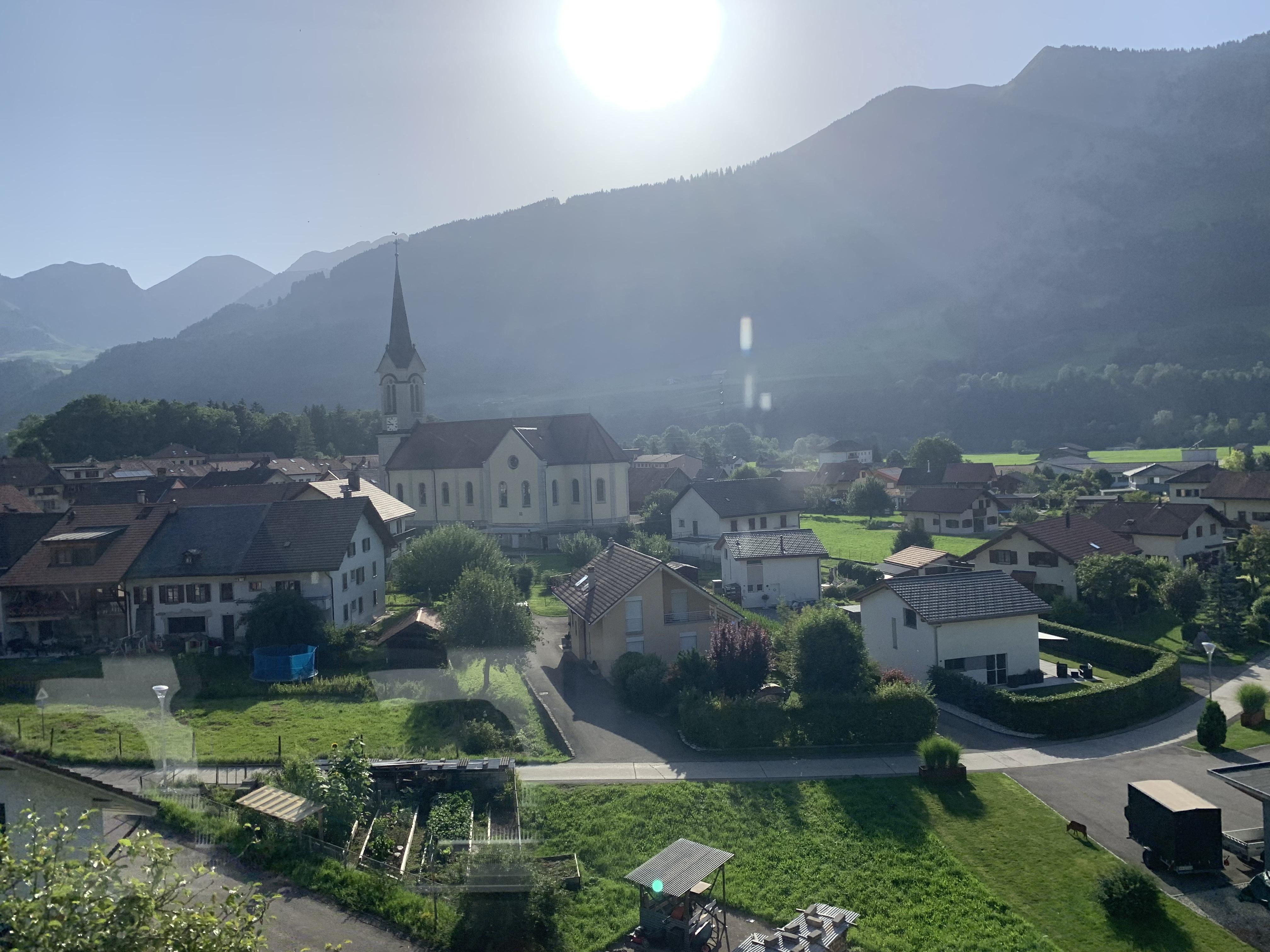 A Suíça das embalagem do chocolate passando na janelinha