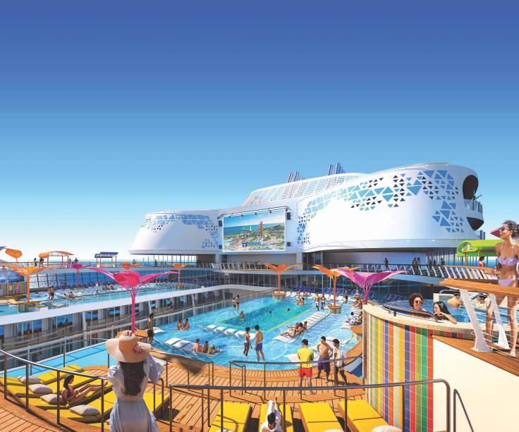 Espreguiçadeiras espalhadas pelo deck do navio, que possui piscinas, jacuzzis e telão para projeção de filmes à noite