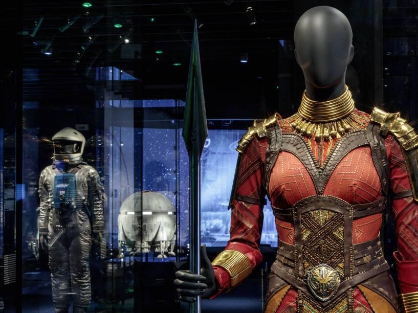 """Os figurinos usados em filmes como """"Pantera Negra"""" (2018) estão expostos ao longo do museu."""
