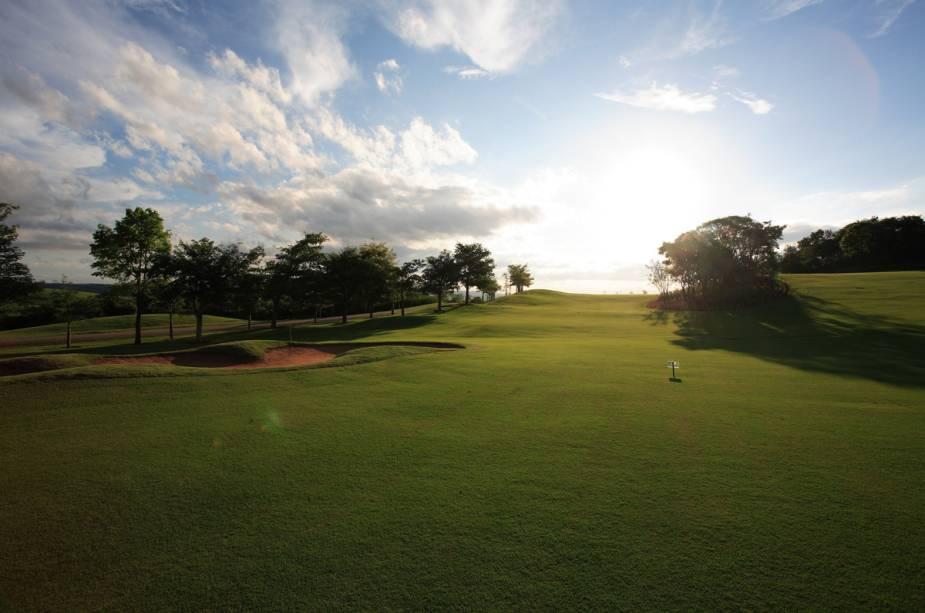 Além decampos de golfe com 18 buracos, o hóspede tem campo de polo e futebol, quadra de tênis e poliesportivas