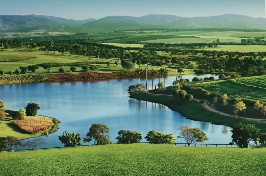A fazenda tem mais de 100 alqueires de mata nativa, fechada e preservada, 15 lagos, além de bosques e jardins cuidadosamente integrados