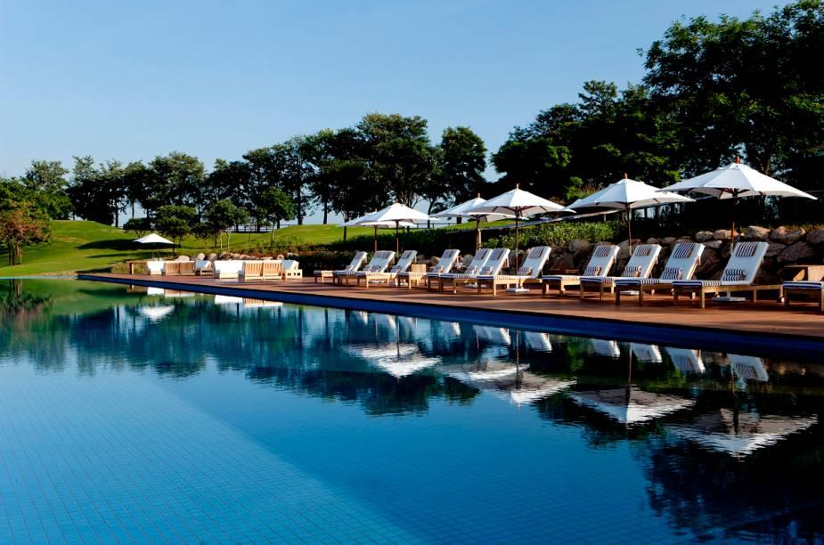A piscina tem borda infinita e vista campestre. Possui uma raia de lazer e uma para esporte, de 25 metros