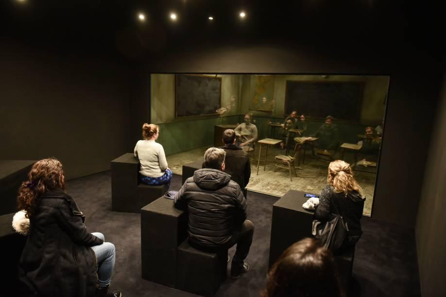 """Na instalação"""" Classroom"""", os visitantes observam seu reflexo por um vidro que cria uma cena diferente"""
