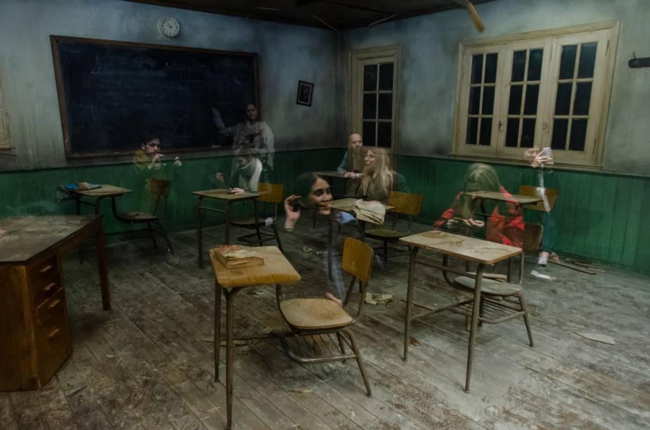 A cena reproduzida causa a impressão de que os visitantes são fantasmas em meio a uma sala de aula decadente
