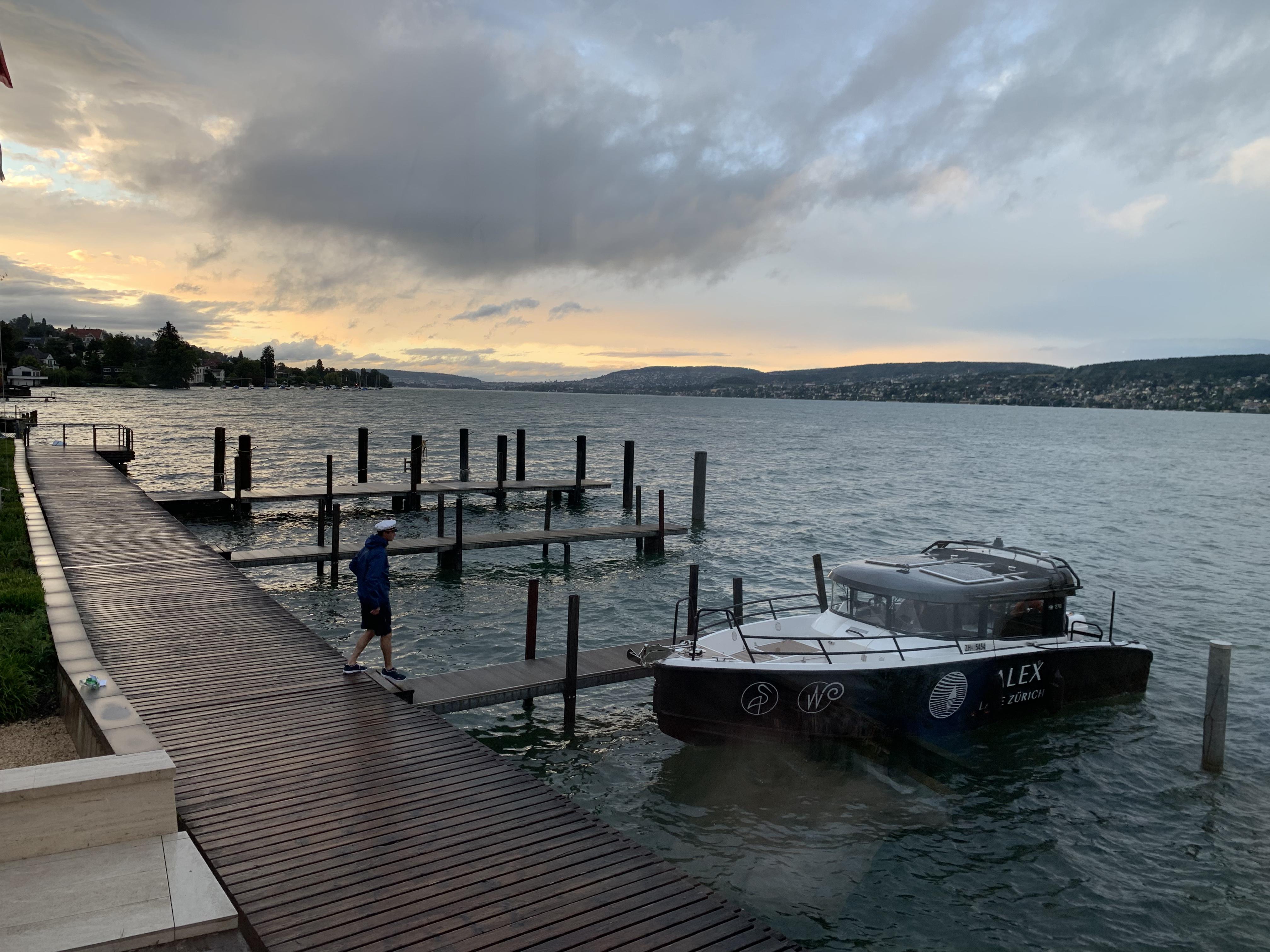 A vista do restaurante do hotel Alex e o barco com o qual cheguei até lá atracado no oíer