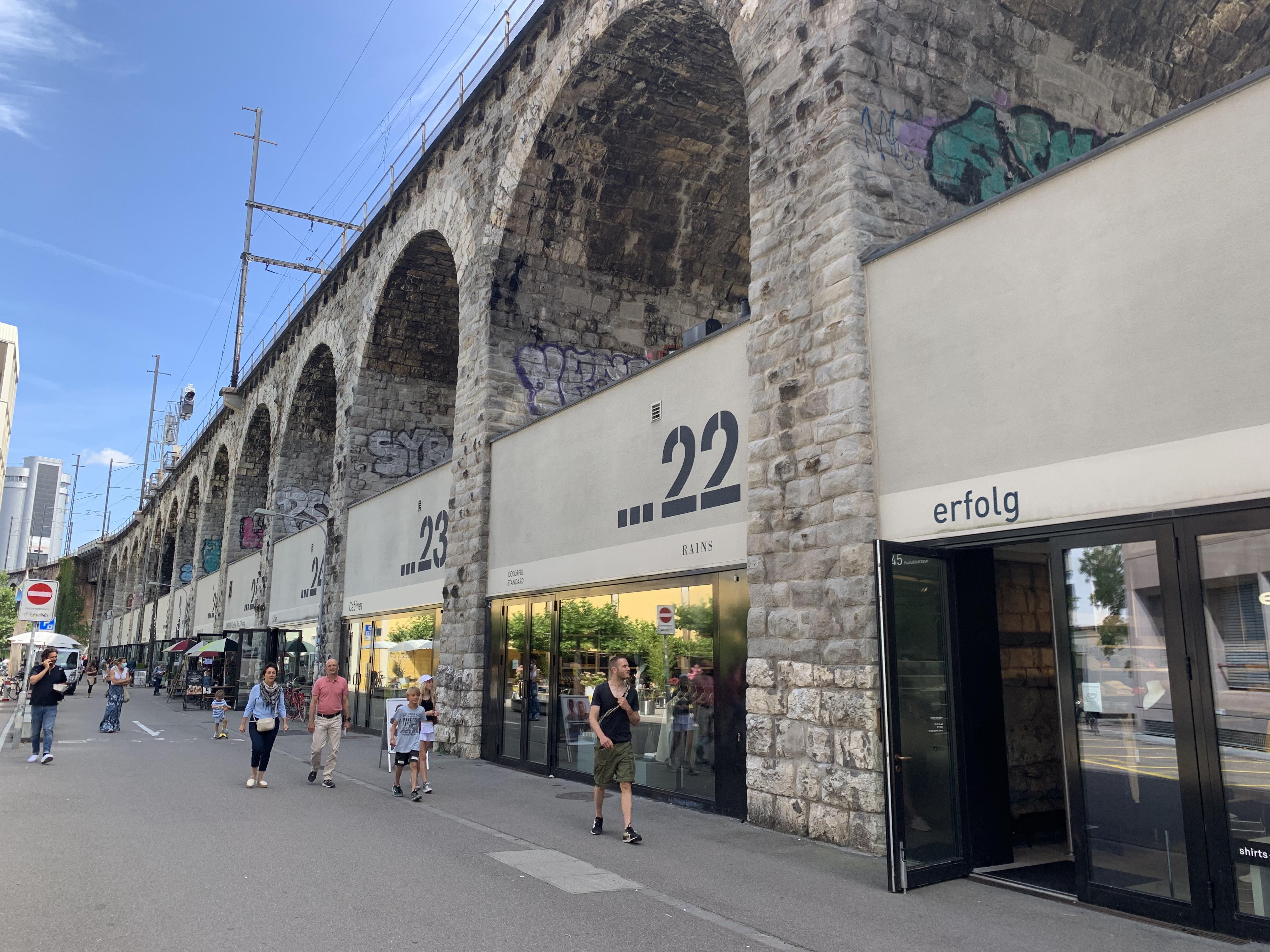 Im Viadukt: um lindo viaduto de tijolos que abriga lojinhas e restaurantes bacanas em seus arcos