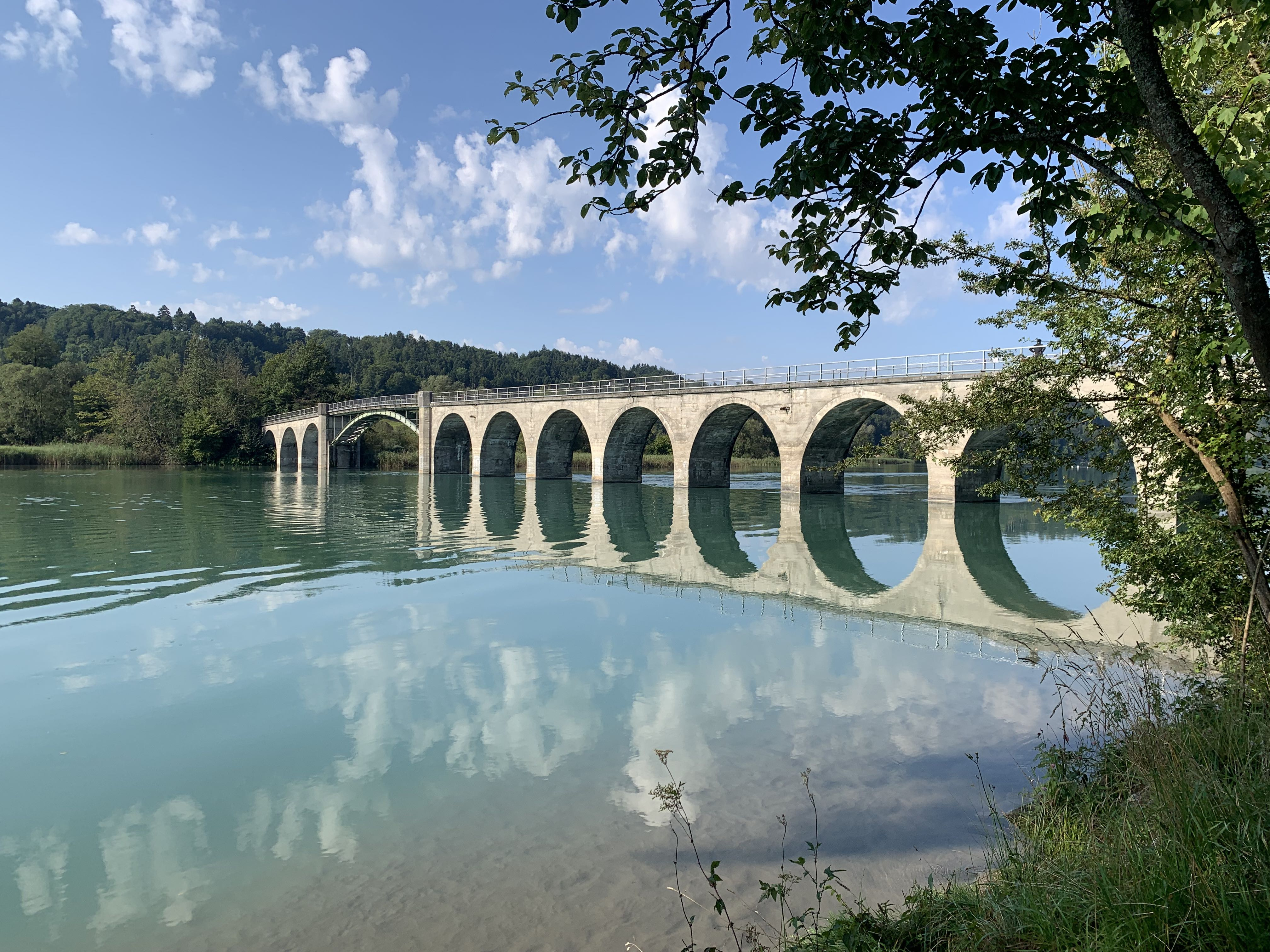 O rio Aare, com sua cor surreal, fazendo as vezes de espelho.
