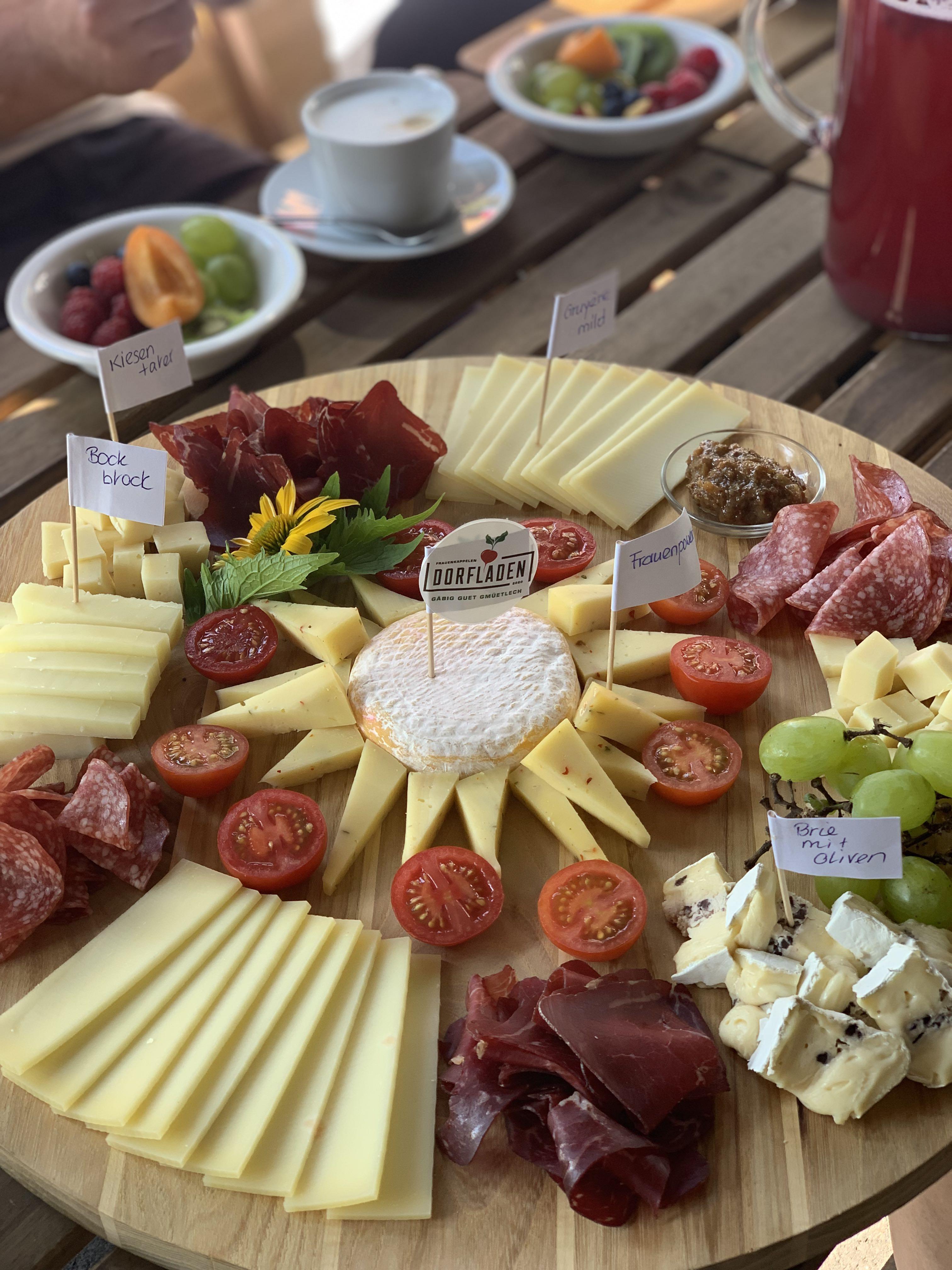 Degustação de queijos na loja de uma cooperativa local, porque afinal de contas estamos na Suíça.