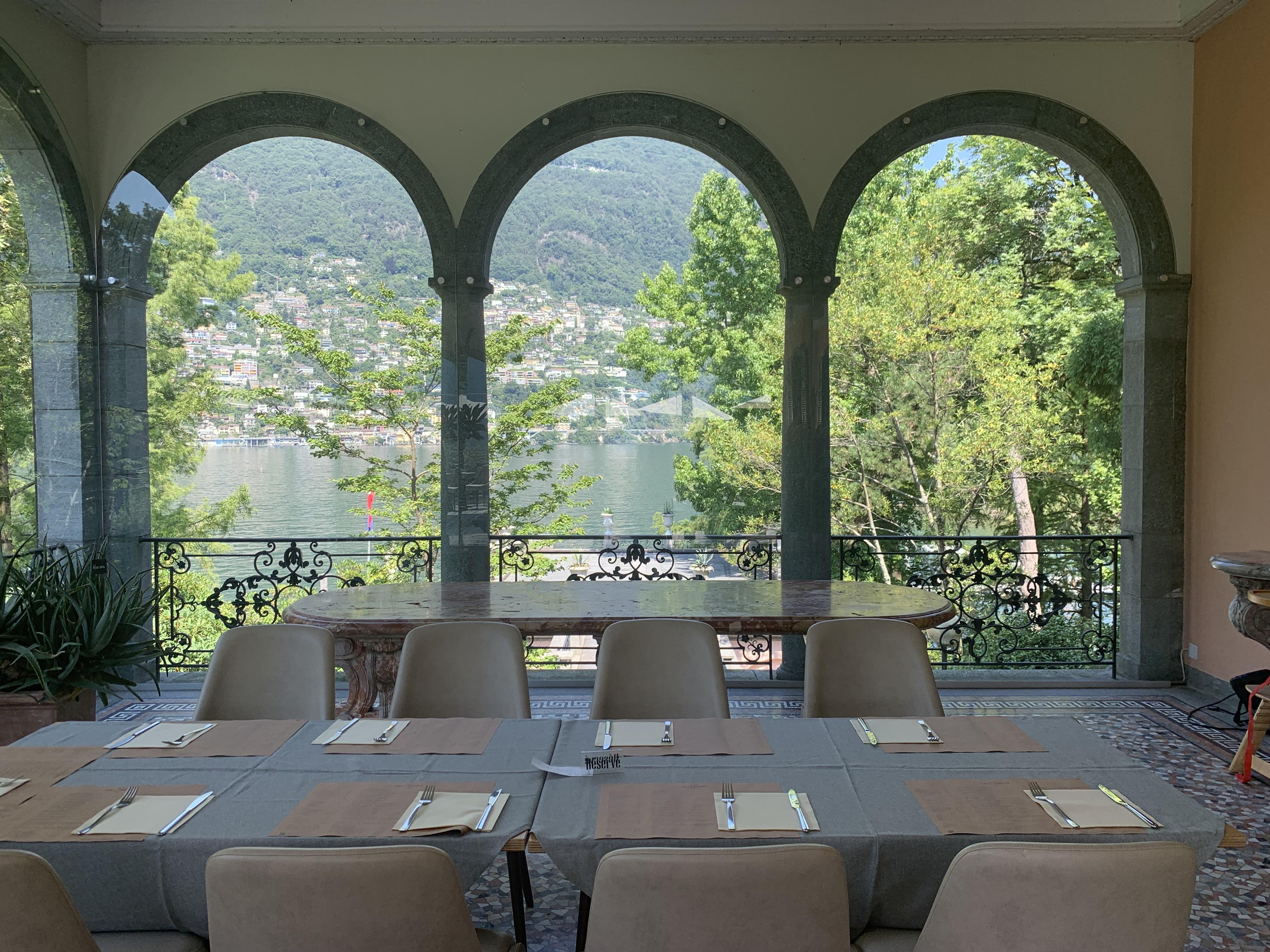 Área interna do restaurante, com altas vistas