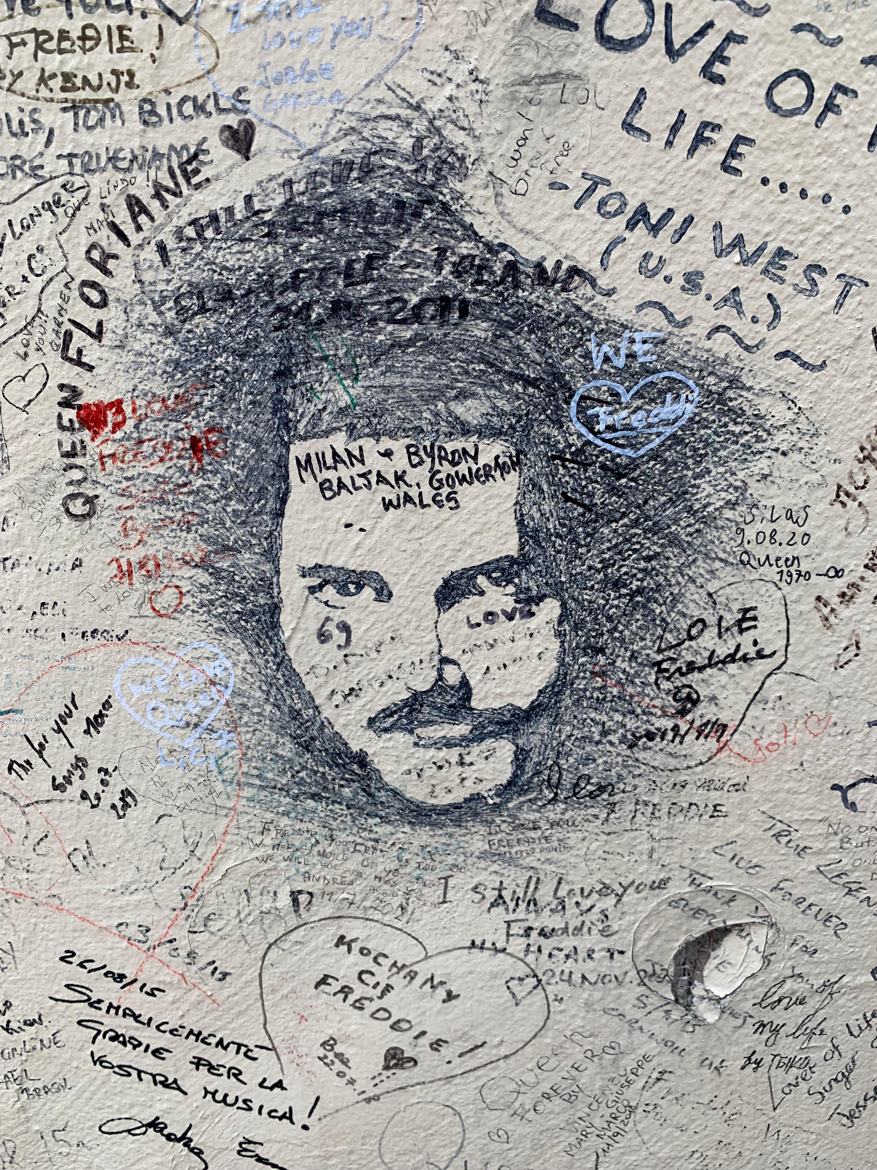 Homenagem a Freddy Mercury na parede de seu antigo estúdio