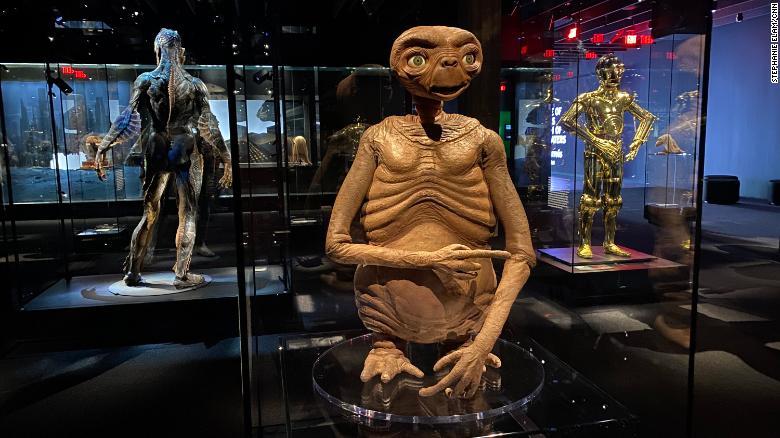 Você vai querer ligar para casa depois de ter seu próprio encontro com E.T. e C3PO