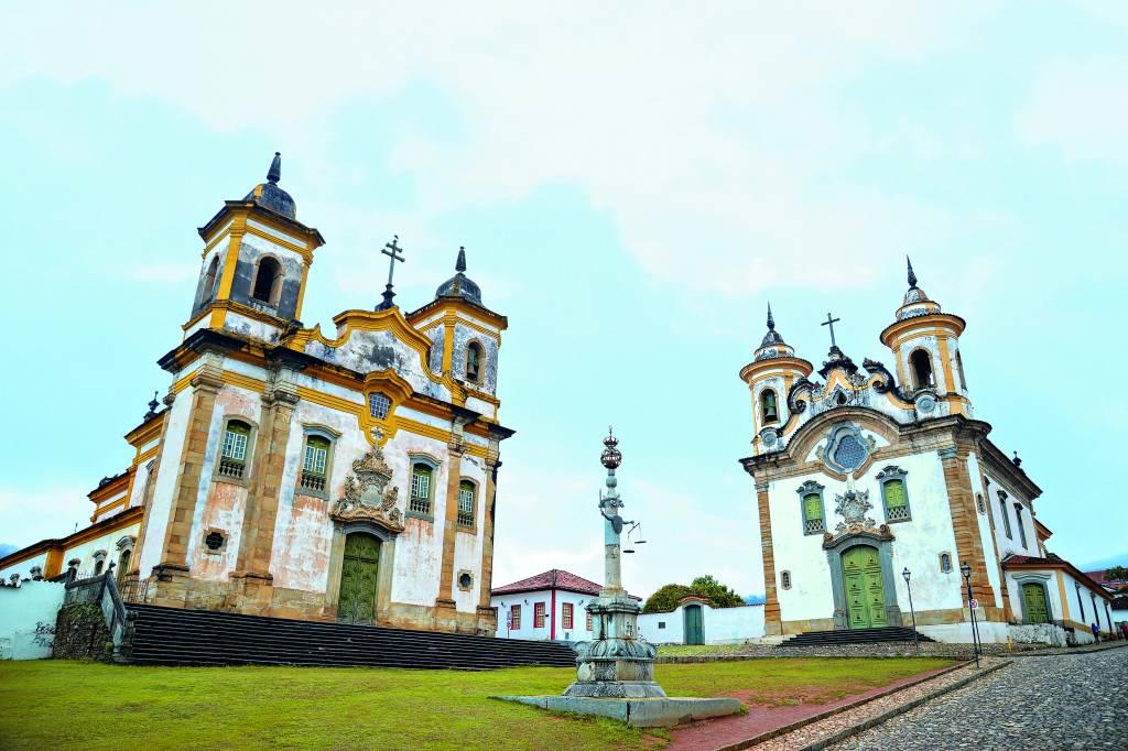 À esquerda Igreja de São Francisco de Assis e à direita a Igreja Nossa Senhora do Carmo, na Praça Minas Gerais, em Mariana