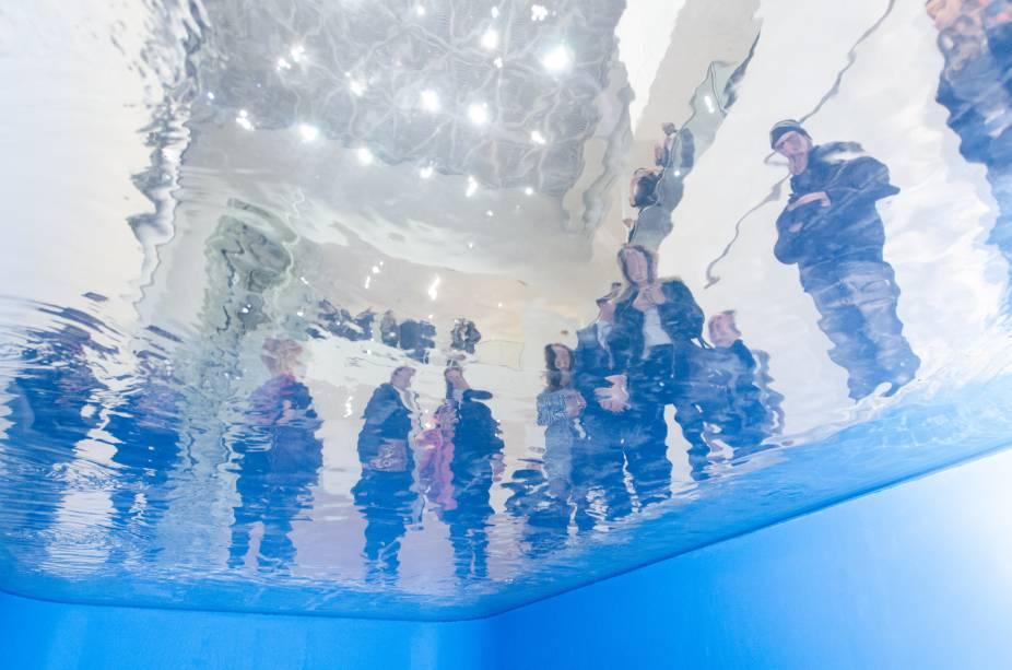 """A obra """"Swimming Pool"""" é a grande estrela da mostra oferece uma perspectiva como se o visitante estivesse submerso em uma piscina. Crédito:"""