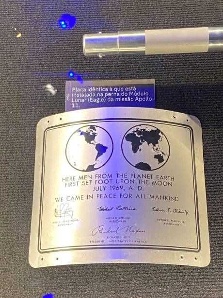 """""""Aqui, homens do planeta Terra pisaram pela primeira vez na Lua. Julho de 1969. Nós viemos em paz por toda a humanidade"""", diz a placa idêntica à instalada na perna do Módulo Lunar"""