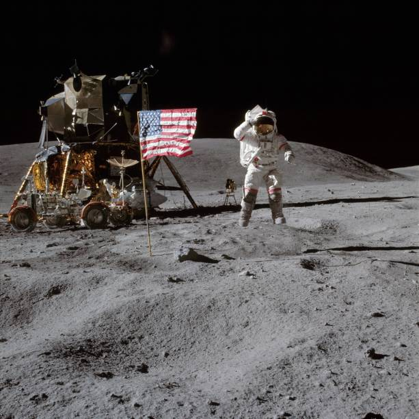 Clássica foto de Neil Armstrong ao lado da bandeira dos Estados Unidos fincada na superfície lunar