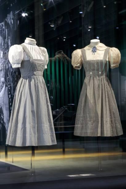 """O vestido de Dorothy Gale, personagem principal de """"O Mágico de Oz"""" (1939) de Victor Fleming"""