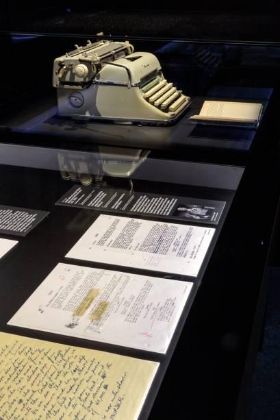 """A máquina de escrever que Joseph Stefano usou para escrever """"Psicose"""" é apresentada com destaque, ao lado das páginas do roteiro."""