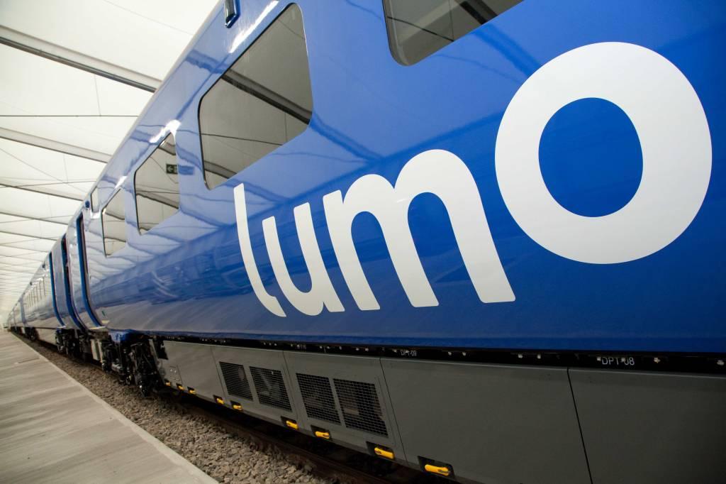 A imagem é a foto da lateral de um trem azul com seu logo escrito lumo