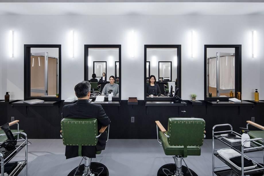 """A obra """"Hair Saloon"""" abre a exposição e promove um jogo de espelhos no qual a imagem refletida contraria a expectativa do visitante"""